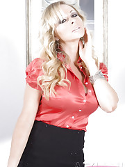 Sexy blonde, Dyanna Lauren, makes for the naughtiest..