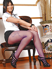 Tanned Naomi soloing in pantyhose