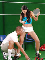 Tennis babe slurps a cock on court