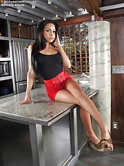 Latina girl Gulliana Alexis poses in high-heels