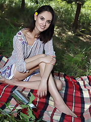 Sade Mare spices up a picnic with some sizzling hot..