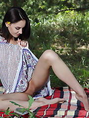 Sade Mare spices up a picnic with some sizzling hot masturbation