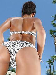 Bikini model Chloe Amour reveals her sexy body
