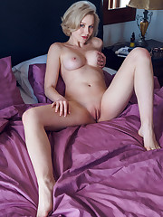 Alluring Kery bares her gorgeous tits and curvy hips as..