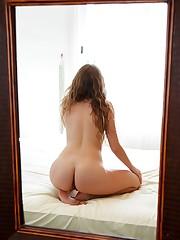 Zoeya starts her days with a morning masturbation