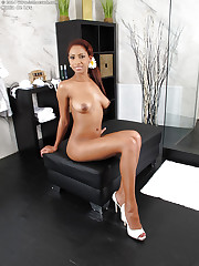 Katia DE Lys shows off her ebony big tits