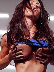 shows off her superwoman body