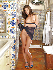 Curvy tramp takes a sexy bath