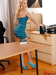Office girl stuffs her hot asshole