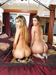 Lesbos screw around in the bed