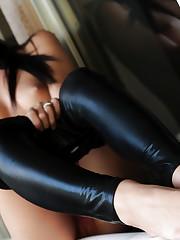 Teen vixen Catie Minx strips off her black latex leggins