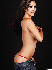 Alluring vixen Kira looks stunning as shes topless with..